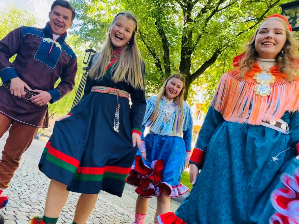 The new Sami pathfinders are Lemet Johanas Nystad, 21 years old from Kárášjohka, Mirja Cicilia Andersson Renander, 18 years old from Rennebu, Elle Rávdná Näkkäläjärvi, 19 years old from Guovdageaidnu and Vibeke Persen, 21 years old from Deatnu. They will teach Norwegian youth about Sami culture in 2020/2021.