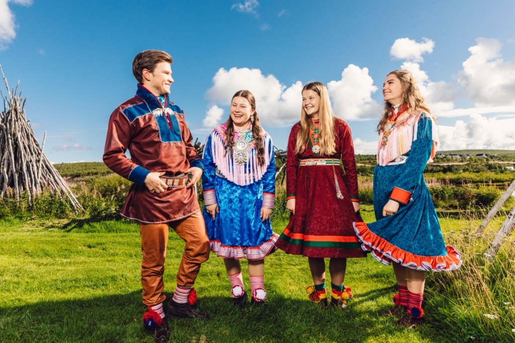 The new Sami pathfinders are Lemet Johanas Nystad, 21 years old from Kárášjohka, Elle Rávdná Näkkäläjärvi, 19 years old from Guovdageaidnu, Mirja Cicilia Andersson Renander, 18 years old from Rennebu and Vibeke Persen, 21 years old from Deatnu. They will teach Norwegian youth about Sami culture in 2020/2021.