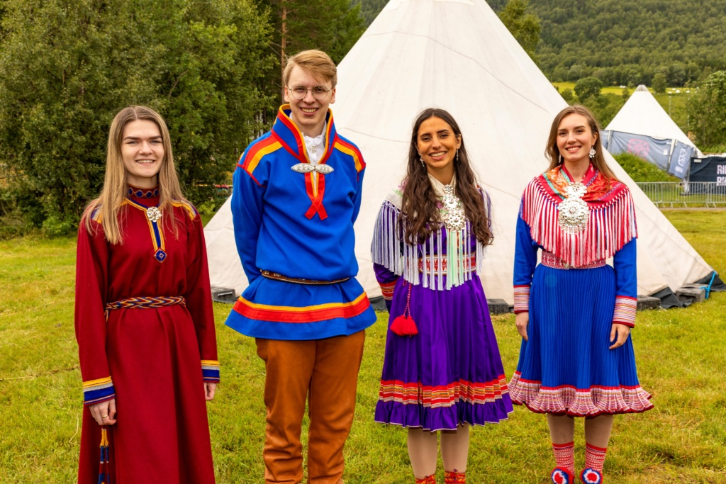 The new Sami pathfinders are Ane Malene Nordeng from Ivgobahta and Gáivuotna, Nathaniel Holan Larsen from Áravuopmi, Ida Emilie Marakatt Lindseth from Lillestrøm and Emma Elliane Oskal Valkeapää from Guovdageaidnu and Gárasavvon. They will teach  youth in Norway about Sami culture in 2021/2022.